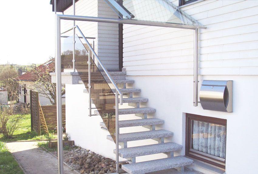 Überdachung am Eingang und Designerbriefkasten aus Edelstahl