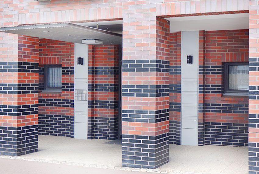 Übereinander angeordnete zentrale Briefkastenanlagen auf zwei Anlagen aufgeteilt