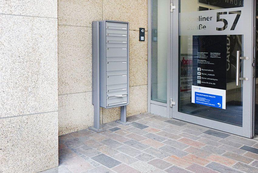 Vertikal angeordnete Briefkasten-Fächer als Standanlage