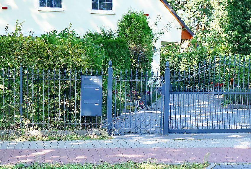 Viel Platz bietende Durchwurf-Briefkastenanlage für Zaunmontage mit Entnahme von hinten