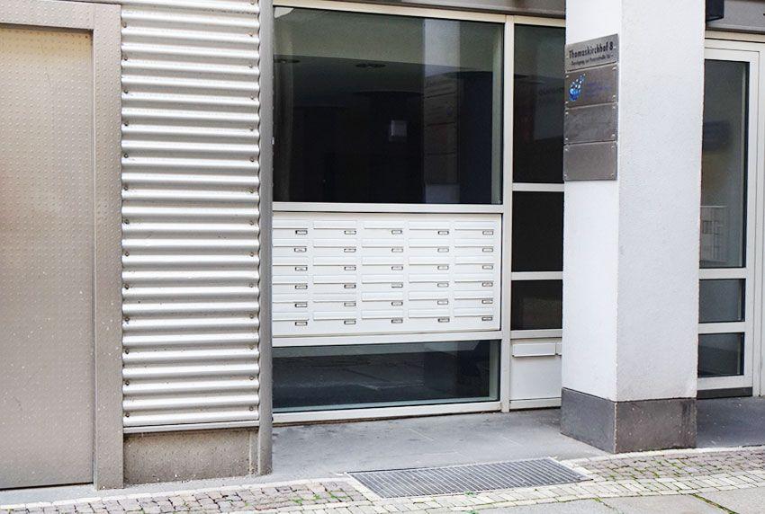Viele Firmenbriefkästen als Briefkastenanlage zusammengefasst