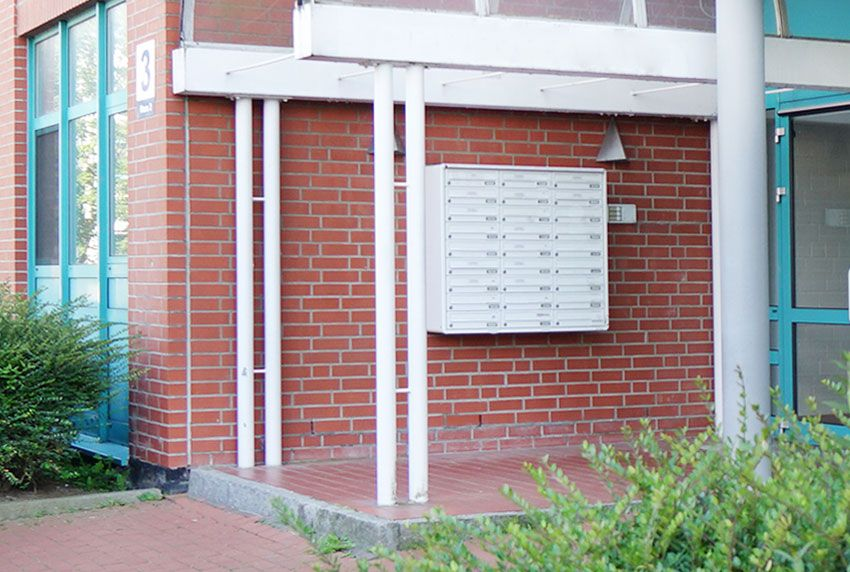 Viele Postfächer in einem Block fest verbaut als kostengünstige Briefkastenanlage