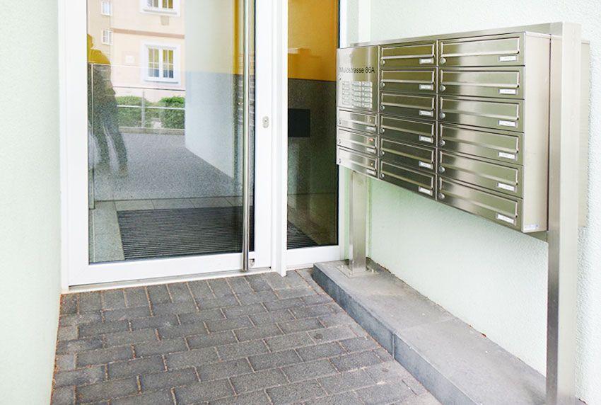 Viele Postfächer in einer Briefkastenanlage als Großanlage