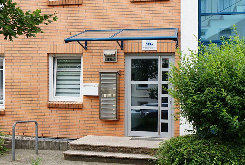 Vor Wettereinflüssen geschützte Briefkastenanlage an der Hausfassade