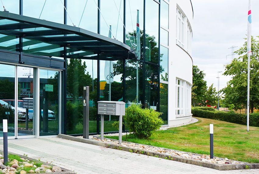 Wetterfeste Briefkastenanlage mit sechs Fächern im modernen Design