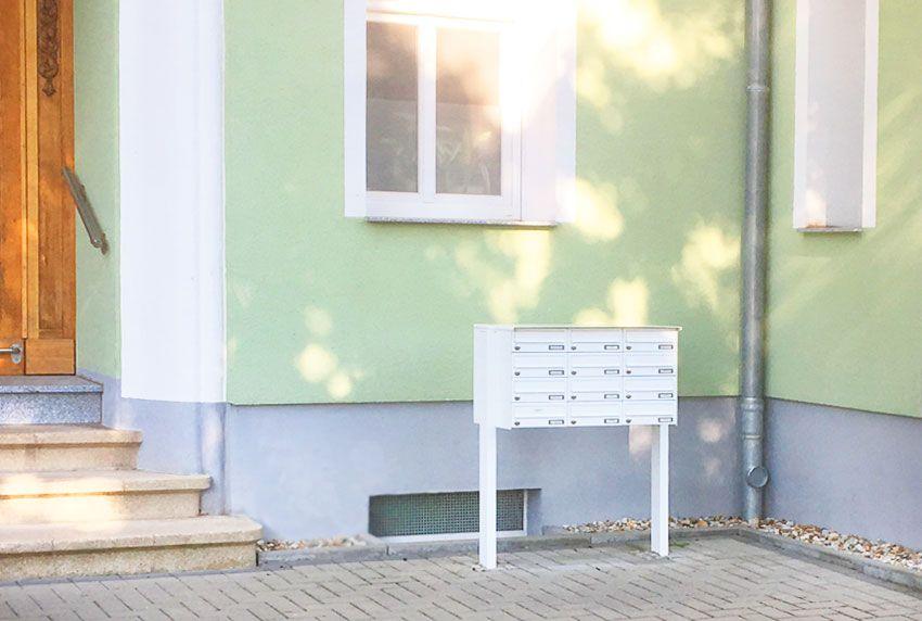 Wetterfeste Briefkastenanlagen in großer Ausführung mit Standfüßen
