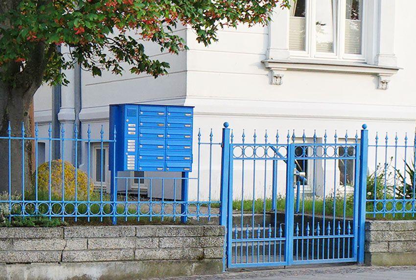 Zaun- und Briefkastenanlage in gleicher RAL-Farbe
