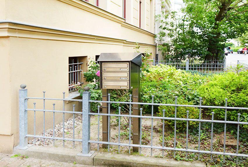 Zeitlose Briefkastenanlagen aus massivem Edelstahl für den Vorgarten