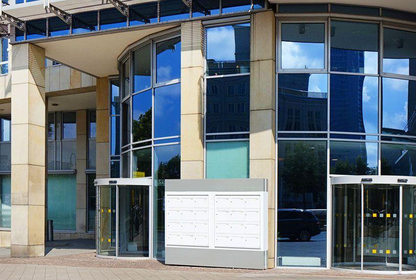 Zentrale Grossbriefkastenanlage für Firmenbriefkästen repräsentativ am Eingang