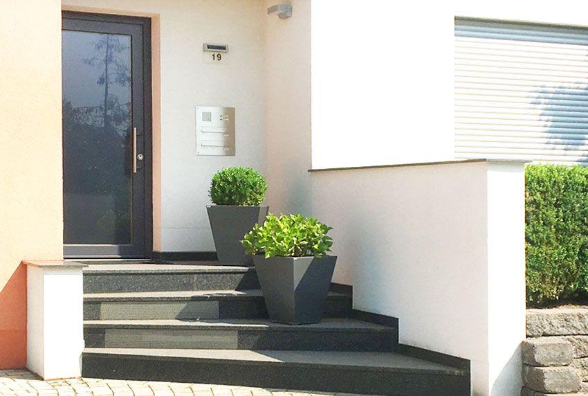 Zweier Durchwurfbriefkastenanlage aus Edelstahl am Hauseingang eingelassen